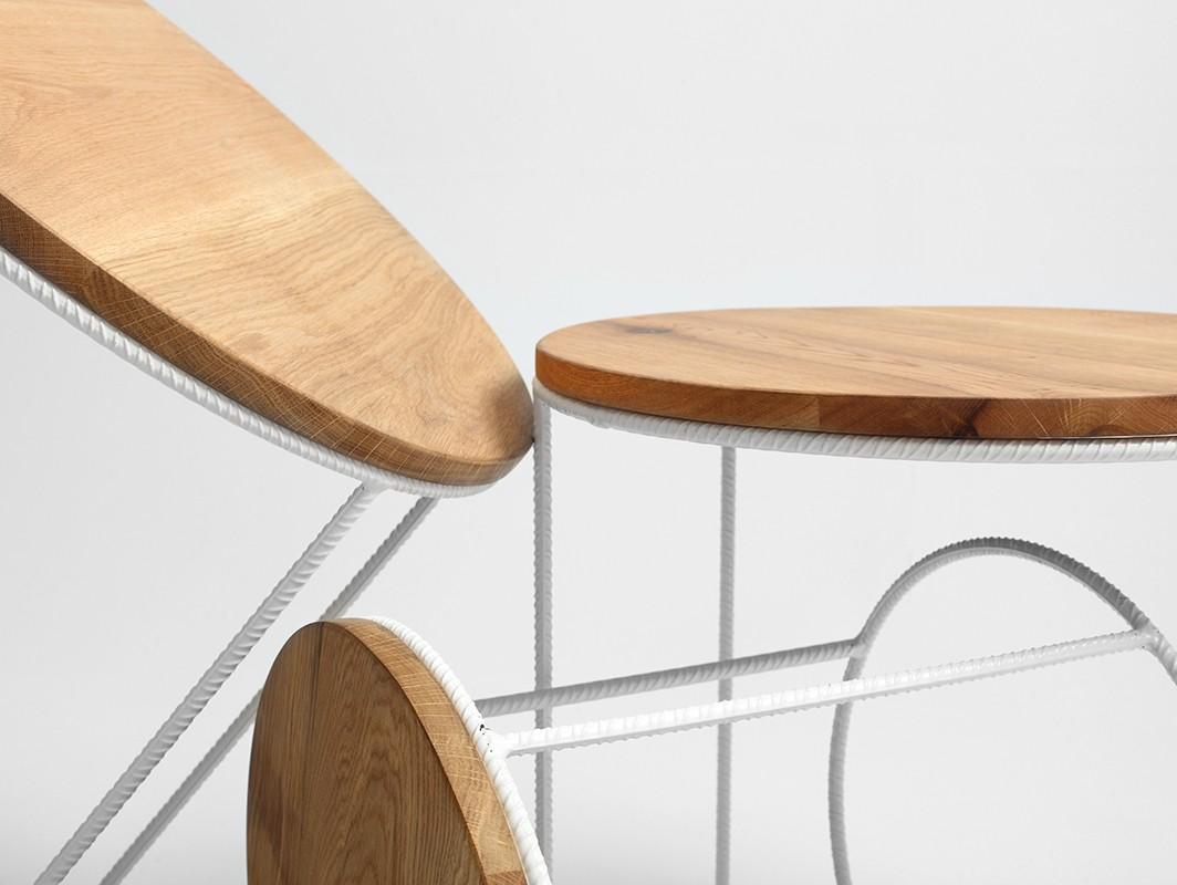 drewniany stolik kawowy z metalowymi nogami